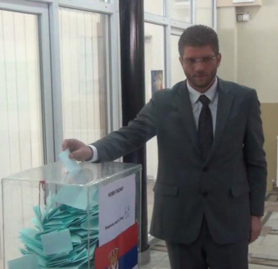 Nosilac Liste nacionalnih zajednica Emir Elfić glasao je danas u 13 časova u Novom Pazaru